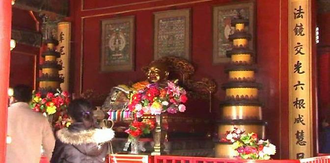 Смотреть Буддийский монастырь Юнхэгун