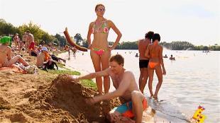 Даёшь молодёжь! Молодая семья Валера и Таня Яма в речке